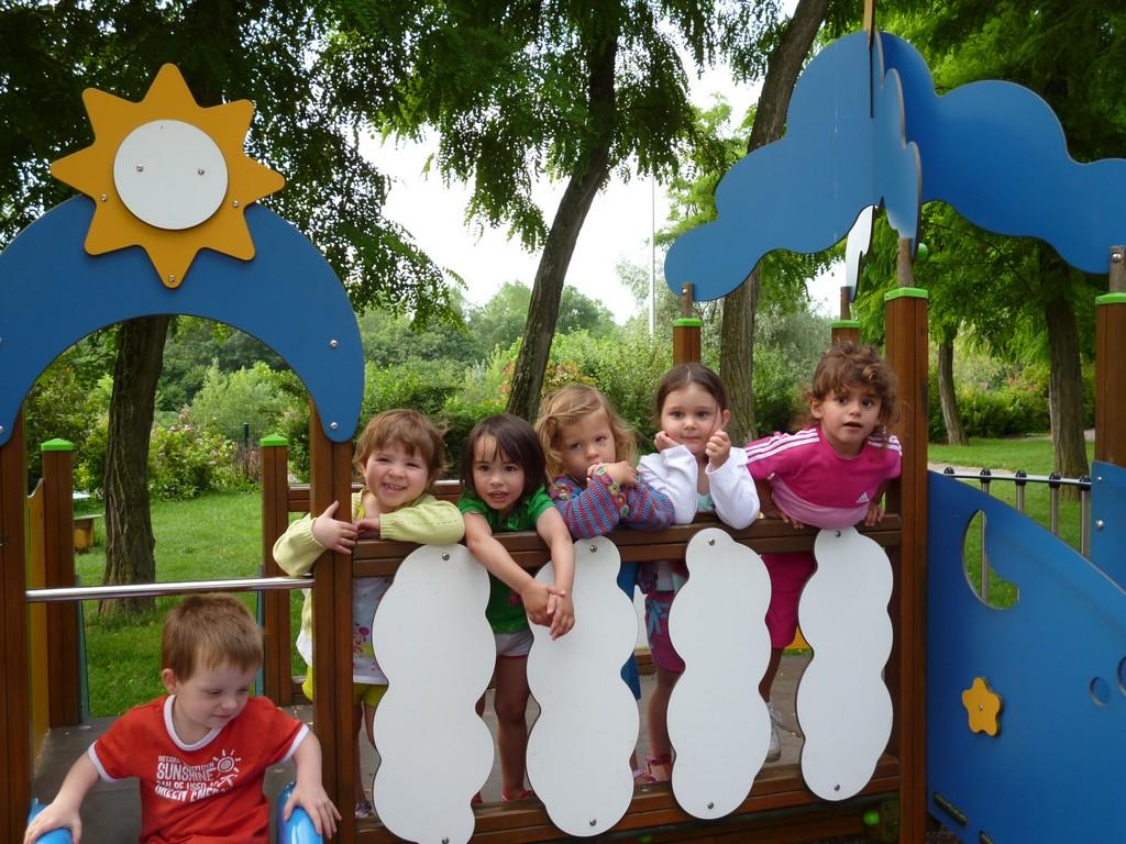 image décorative - enfants sur un toboggan