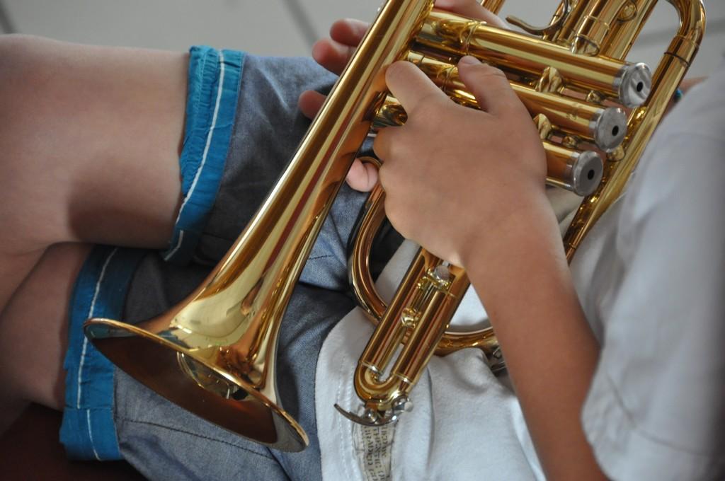image décorative - un enfant et sa trompette